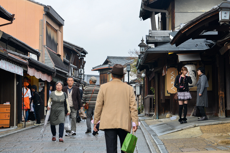 Walking along Yasaka-dori